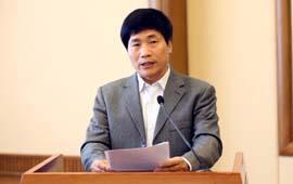 人民日报社副总编辑杜飞进在大会上发言